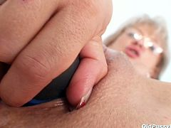 Voluptuous mom Alena pounds her wrinked pussy with dildo