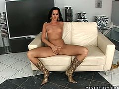 Gorgeous brunette Larissa Dee takes her golden bikini off and demonstrates her nice body. Then she sits down in an arm chair and favours herself with fingering.