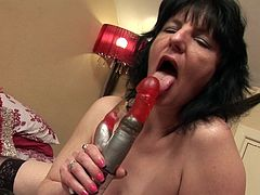 Scarla La Faux is an old mature lady who lays on the bed and masturbates herself off with a vibrator her husband bought her. Watch as she sucks on the thing and shoves the red vibrator into her old, saggy cunt.