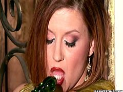 Busty milf likes fingering and masturbarting her juicy cunt in amazing solo session