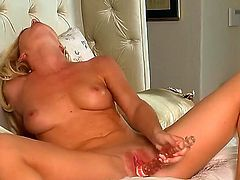 Niki Young is full of desire to fuck herself with sex toy