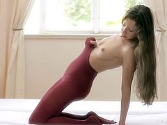 Teen in pantyhose gives solo