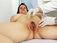 Brunette BBW mom Olena getting her beef curtains stretched wide with speculum