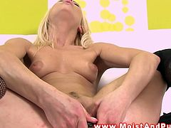 This blonde stretched her pussy by inserting a speculum inside. Then, she uses a toy that inflates inside her pussy.