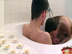 Slim beauty lets her guy to smash that cunt in amazing hardcore bath session