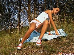 Seventeen Video porn clip will surely make you jizz. Ardent booty brunette teen is fed up with jogging. So spoiled sporty girlie gets rid of sweaty shorts and top. Owner of sweet tits has a dildo for a proper polishing of her wet pussy right on the grass in the park.