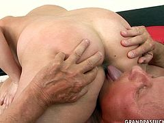 This mature harlot is a seasoned pro when it comes to pleasing men! She gives her lover one hell of a blowjob in 69 position. Grab your swollen pecker and enjoy the action!