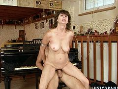 Hungry for cock MILF is giving piano lessons to this guy. She seduces him for sex craving for hard stick in her wet cunt. So she gets her clam polished properly. Then she gets on top of the hard dong jumping intensively.