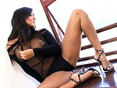Busty brunette beauty Sunny Leone is simply amazing when masturbating her pussy