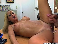 It's a POV video with a tanned blonde MILF with big breasts and firm buttocks who enjoys sucking cock and getting her shaved pussy fucked on the desk.