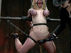 Darling the stunning blonde chick gets chained by Mz Berlin. Later on she gets her vagina gaped with claws and stuffed with huge dildo.