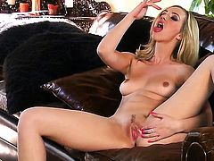Experienced breathtaker Sophia Knight with bald muff has some time to play with her love hole