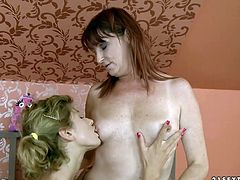 Whorish brunette mom eats soaking vagina of salty lesbian