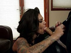 Tattooed porn hottie Bonnie Rotten gives head to Bruce Venture
