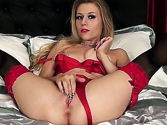 Sultry harlot Michelle Moist gets satisfaction using nothing but her fingers