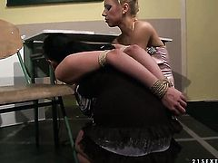 Blonde Nikky Thorne gets the pleasure from eating Carrmens vagina