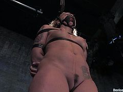 Salacious blonde milf Sara Faye is having fun with some guy in a basement. She lets him bind and torment her and then sits down on a fucking machine and jumps on it.