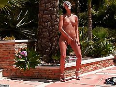 Teen Liz getting nude for your viewing pleasure in solo action