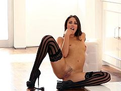 Lusty Anna Morna is amazingly hot while fingering during sensual solo session