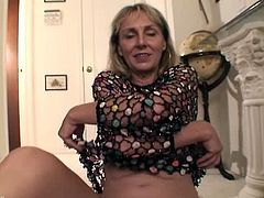 Sophie is a horny blonde mature and she got hairy snatch. She opens her legs on the floor and starts to play with it to make herself cumming for her fans.