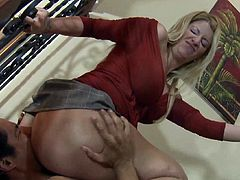 Fatty mature blonde is sitting on the face