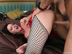 Samantha Ryan is an oral slut who knows what to do with Johnny Sinss erect ram rod