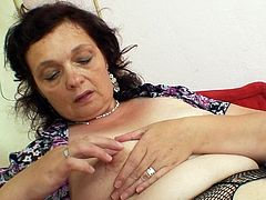 Mature cougar in a nasty pussy masturbation porn show on cam
