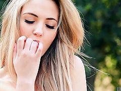 Amazing breathtaker Sophia Knight kills time fucking herself