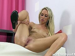Jenny Simons takes off a t-shirt and jeans shorts off. This blondie fingers and also toys her hot pussy with a huge black dildo.