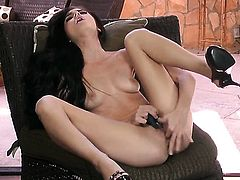 With clean pussy is curious about dildoing her vagina on cam
