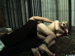 Blonde wench enjoys vagina stretching in crazy hardcoreaction with hot dude