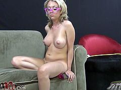 Perfectly shaped porn star Jeanie Marie rides a sybian