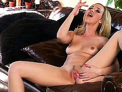 Sophia Knight kills time dildoing her muff for camera