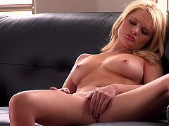 Natural-tit blonde Alexis Ford poses sexy