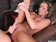 Mercedes Lynn makes her fingers disappear in Richelle Ryans bush