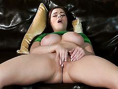 Taylor Vixen proves that her body is amazing as she masturbates completely naked