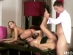 Exciting FFM 3some fuck video featuring sexy blonde girls with killer bodies. One of the babes gets nailed missionary style while eating out tasty pussy of blonde sexpot.