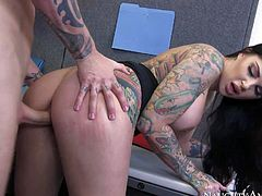 Busty tattooed brunette Darling Danika asks I.T. guy Richie Black to fix her computer. She meeds his with her huge melons out and with her legs apart. She gets her smooth pussy eaten out and drilled hard.