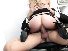 Lexi Belle wraps her lips around dudes throbbing man meat