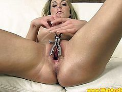 Pissing fetish babe uses her speculum