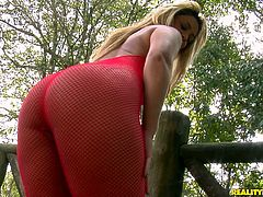 Take a look at this amazing hardcore scene where the beautiful Latina Diana Lins shows off her sexy body before being fucked outdoors.