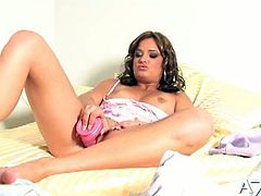 Watch the horny brunette temptress Bella Rossi flaunting her hot tits and sexy ass while drilling her clam into ecstasy with a pink vibrator.
