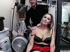 Abbey Brooks gives headjob like no other and hard dicked guy knows it