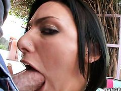 Juelz Ventura with bubbly bottom has a great time blowing guys schlong