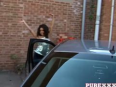 Stunning ebony chick blows juicy and stiff pole in the car