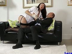 Tall mature looks so sexy in stockings and she was the pickup of these old men as he brings her in his home and start making out and finger fucking her cunt.