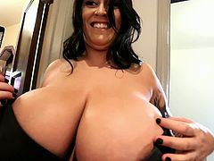 We are back at you on a Friday with some simply stupendous big boobs goodness from one of the best and most awe-inspiring busty glamour goddesses of all time: the impossibly stacked and supremely beautiful 32JJ Leanne Crow of LeanneCrow.Com