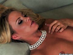 Bodacious wench Sophia Lynn loves giving deep blowjob
