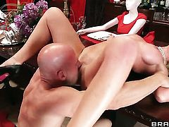 Johnny Sins gets seduced by Cherie Deville with juicy tits and then fucks her love box