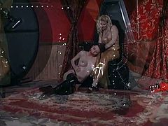 Slut punishes sexy sex slave in latex